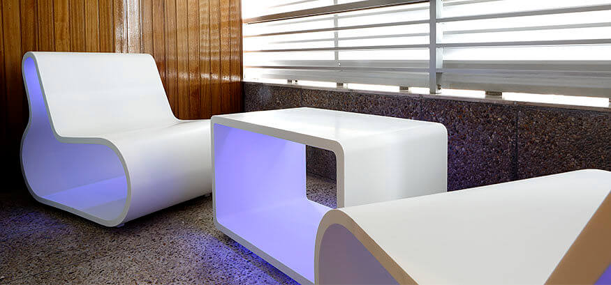 Muebles de terraza retroiluminados con altavoz bluetooth integrado.